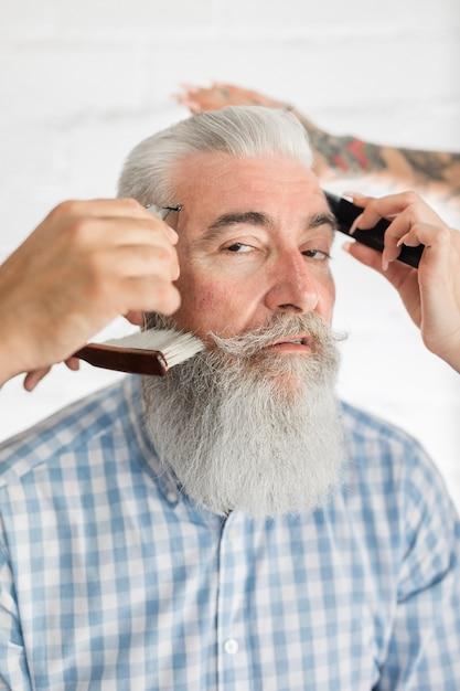 Vecchio cliente ottenere il taglio di capelli al parrucchiere Foto Gratuite