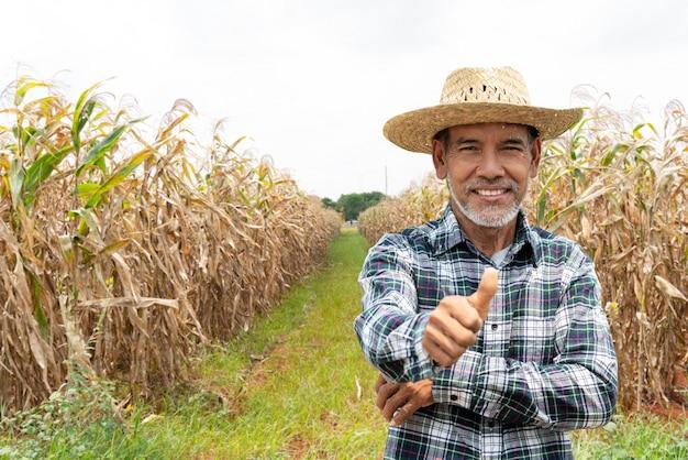 Vecchio contadino anziano con pollice bianco barba sentirsi fiducioso Foto Premium