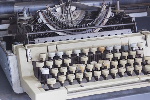 Vecchio e logoro macchina da scrivere Foto Premium