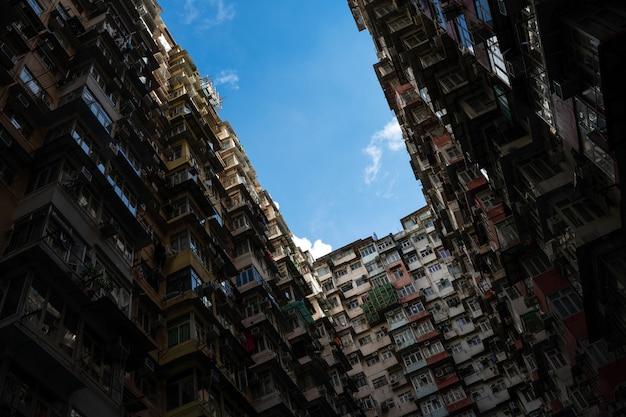 Vecchio edificio a hong kong con una densa convivenza Foto Premium