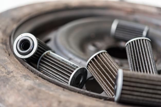 Vecchio filtro dell'olio del motore lubrificante al garage dell'automobile Foto Premium
