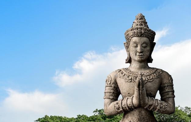 Vecchio grande buddha sul cielo Foto Premium