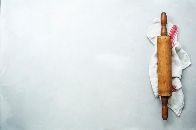 Vecchio mattarello di legno su fondo bianco Foto Premium