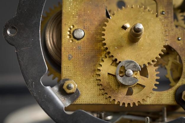 Vecchio meccanismo dell'orologio con ingranaggi e ingranaggi. Foto Premium