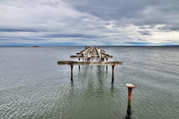Vecchio molo nel porto di punta arenas, patagonia, cile Foto Premium