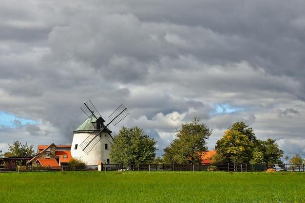 Vecchio mulino a vento - repubblica ceca europa. bella vecchia casa tradizionale mulino con un giardino Foto Gratuite