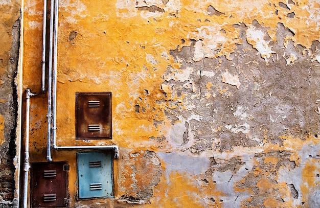 Vecchio muro di cemento con tubo di ferro Foto Premium