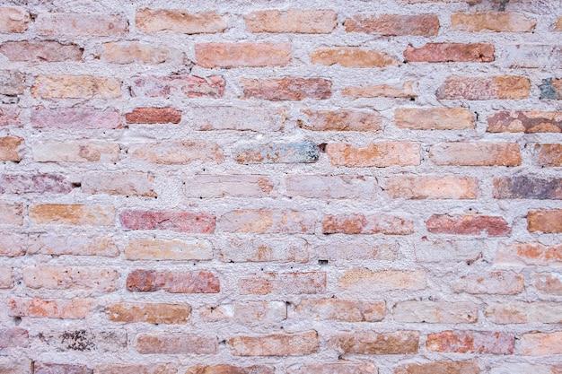 Vecchio muro di mattoni nell'antichità e fu danneggiato dal tempo fino alla caduta del mortaio. Foto Premium