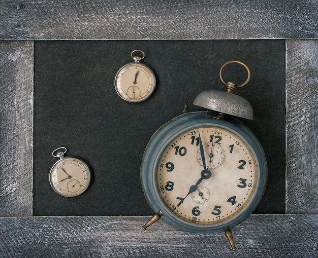 Vecchio orologio da tasca e sveglia Foto Premium