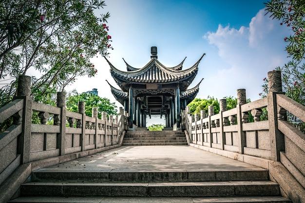 Vecchio ponte nel parco cinese Foto Gratuite