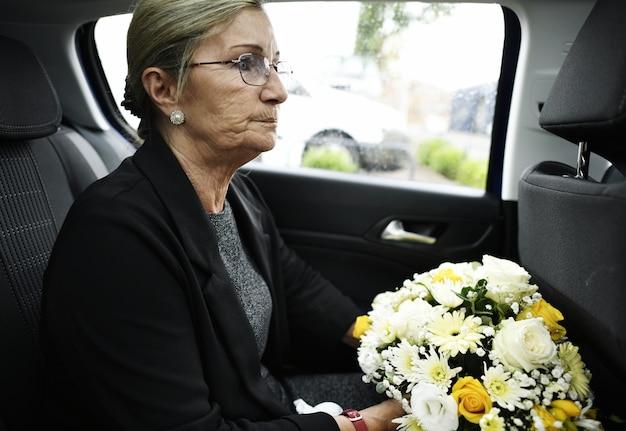 Vedova triste sulla strada per il funerale Foto Premium