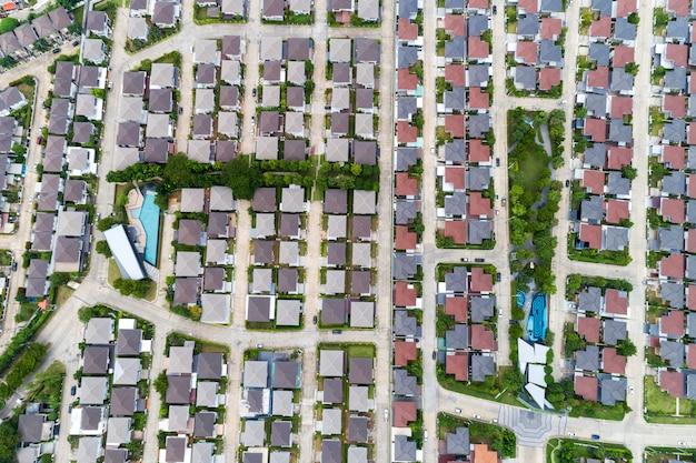 Veduta aerea da drone vista dall'alto del villaggio nella stagione estiva e tetti delle case veduta panoramica delle strade Foto Premium