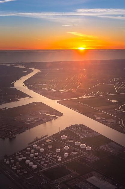 Veduta aerea del parco serbatoi di petrolio e gas in petrolchimico e benzina Foto Premium