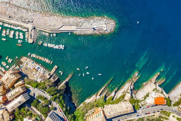Veduta aerea di camogli marina. le barche e gli yacht hanno attraccato in porto con acqua e faro verdi. Foto Premium