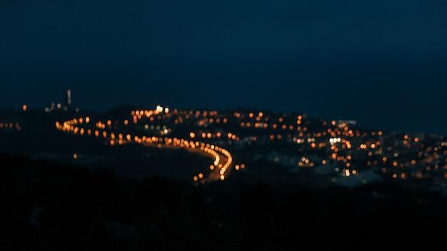 Veduta dall'alto della campagna offuscata luce sopra la montagna Foto Gratuite