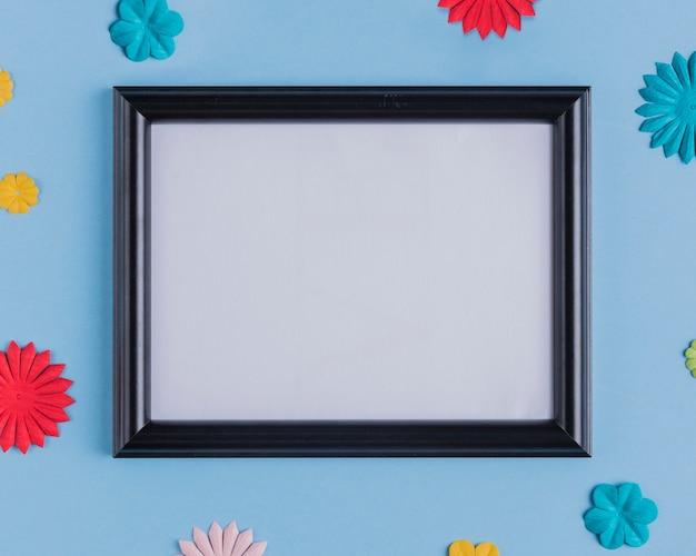 Veduta dall'alto della cornice bianca vuota con bordo in legno nero Foto Gratuite