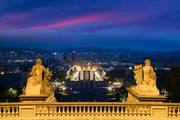 Veduta di barcellona, in spagna. plaza de espana alla sera con il cielo crepuscolare a barcellona, spagna. Foto Premium