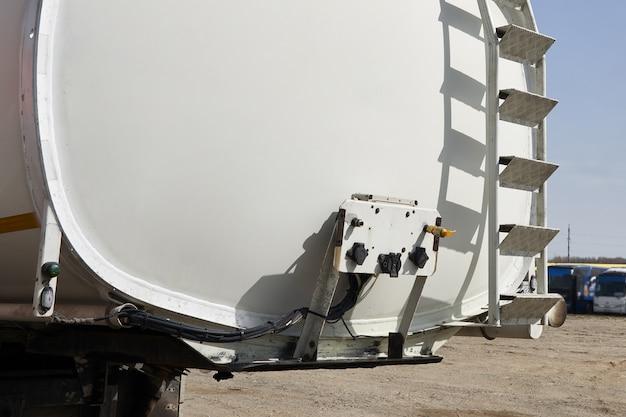 Veicolo speciale per il trasporto di acqua e altri fluidi tecnici o gas, camion con serbatoio Foto Premium