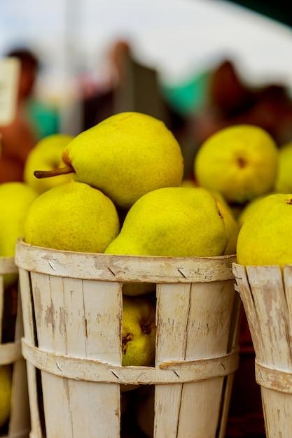 Vendendo le pere in cestini al mercato del contadino Foto Premium