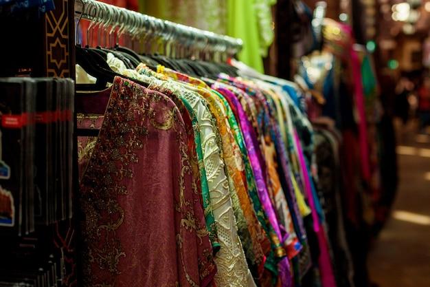 Vendita di sari di diversi colori sul mercato orientale Foto Premium