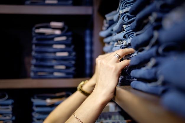 Venditore nel negozio di jeans Foto Premium