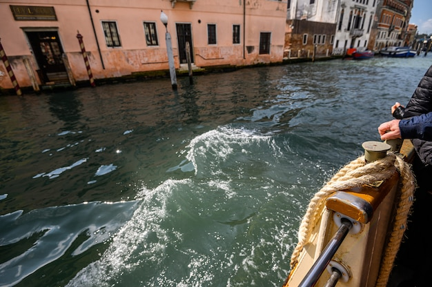 Venezia, italia. corda di ormeggio sul parafango, vaparetto. Foto Premium