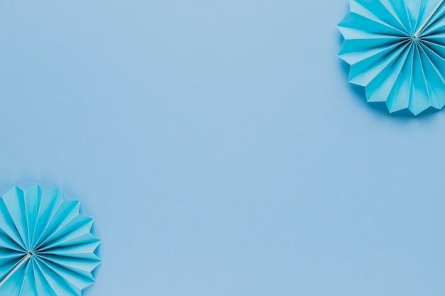 Ventaglio di carta origami blu all'angolo di sfondo blu Foto Gratuite