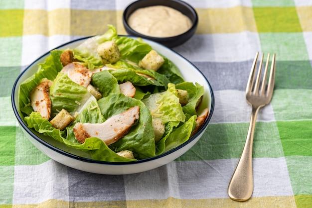 Verdura con insalata di crostini pollo cibo sfondo Foto Premium