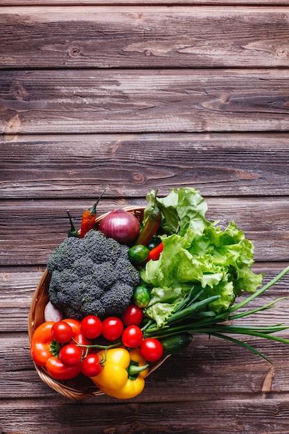 Verdura fresca e verde, vita sana e cibo. broccoli, pepe, pomodorini, peperoncino Foto Gratuite