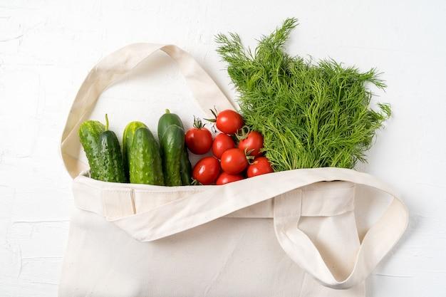 Verdura fresca nel sacchetto di acquisto riutilizzabile zero del tessuto di eco sopra bianco Foto Premium