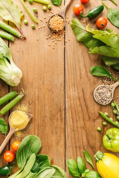 Verdura fresca posta sul tavolo di legno Foto Gratuite