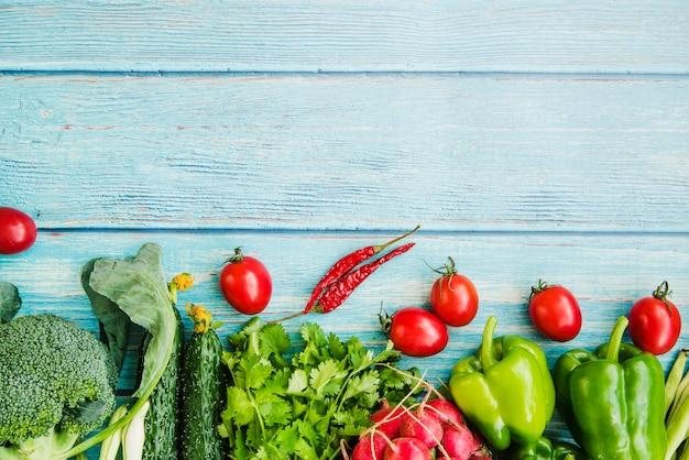 Verdura fresca sul tavolo di legno Foto Gratuite