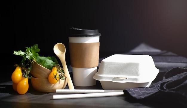 Verdure alimentari fresche e salutari dal mercato degli agricoltori per ordine online pronto per la consegna con scatola e tazza eco e confezione biodegradabile. Foto Premium