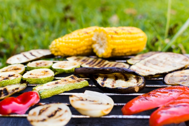Verdure arrostite sulla griglia calda durante il picnic Foto Gratuite