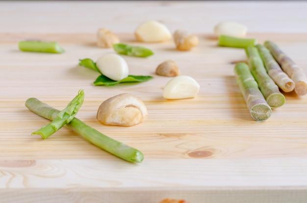 Verdure astratte del fondo di progettazione su un fondo di legno, tono d'annata Foto Premium