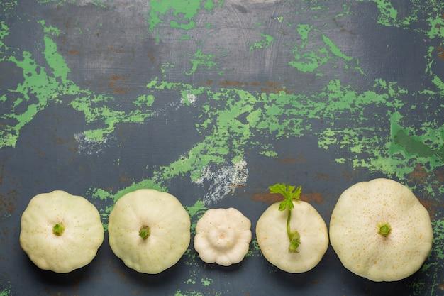 Verdure bianche della zucca su vecchio ferro Foto Premium