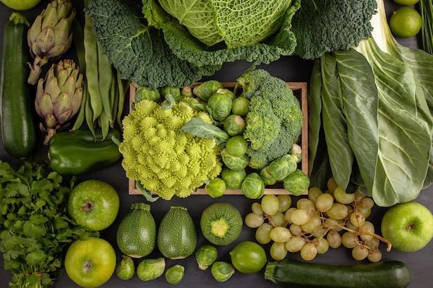 Verdure biologiche fresche di colore verde. concetto di mangiare sano Foto Premium