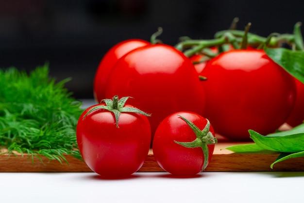 Verdure biologiche mature biologiche. prodotti eco-compatibili per un'alimentazione sana e pulita. Foto Premium