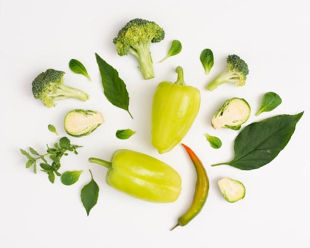 Verdure biologiche su sfondo bianco Foto Gratuite
