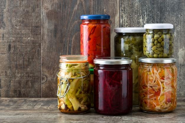 Verdure conservate fermentate in barattolo sulla tavola di legno copyspace Foto Premium