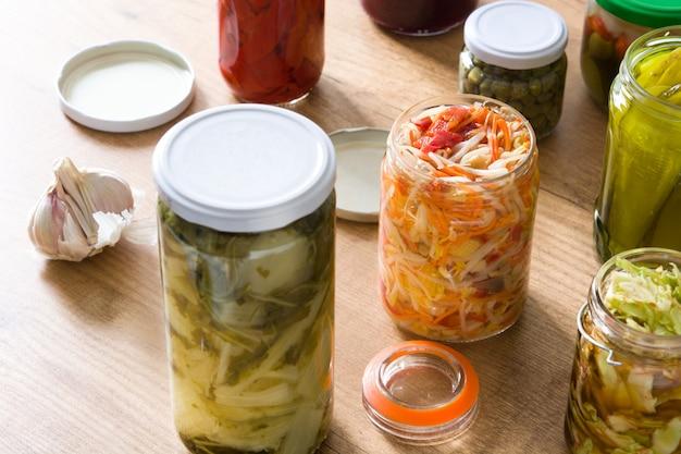 Verdure conservate fermentate in barattolo sulla tavola di legno. Foto Premium