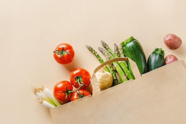 Verdure differenti in sacco di carta su beige Foto Premium