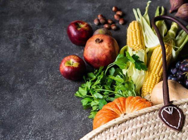 Verdure e frutta stagionali di disposizione piana su fondo grigio. copia spazio Foto Premium