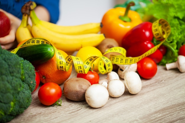 Verdure fresche e frutta della tavola piena con la misura di nastro gialla Foto Premium