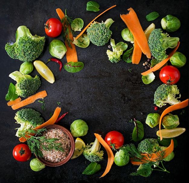 Verdure fresche per una dieta sana. cibo vegetariano. vista dall'alto Foto Premium