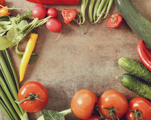 Verdure fresche sul tavolo arrugginito Foto Gratuite