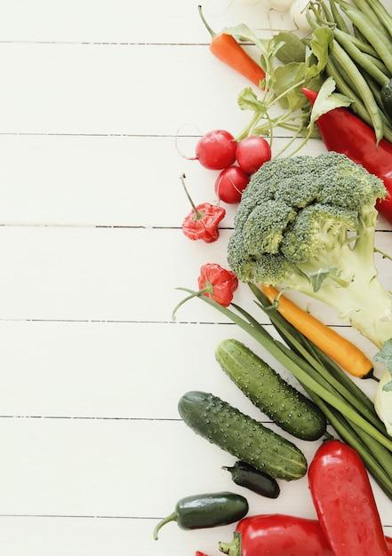Verdure fresche sul tavolo di legno Foto Gratuite