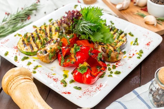 Verdure grigliate su piatti bianchi Foto Premium