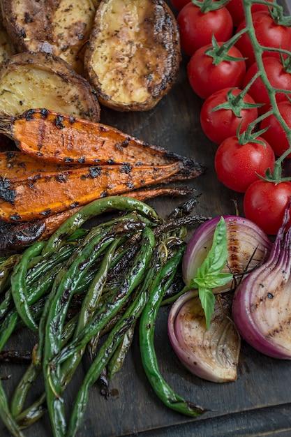 Verdure grigliate su un tagliere Foto Premium