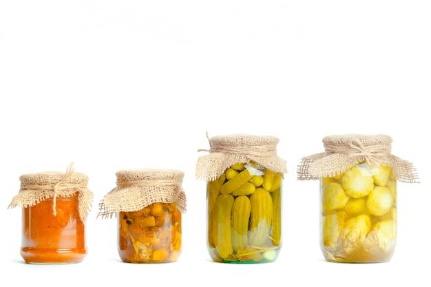 Verdure in scatola in barattoli di vetro isolati Foto Premium